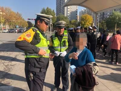 金乡:八旬老人街头迷路  执勤辅警热心寻家