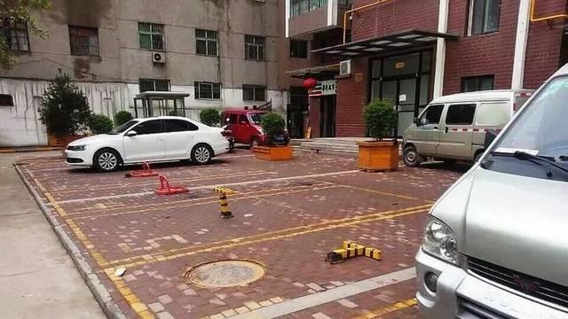 """鼓手营小区公共停车位遭私占 车主望""""位""""兴叹"""