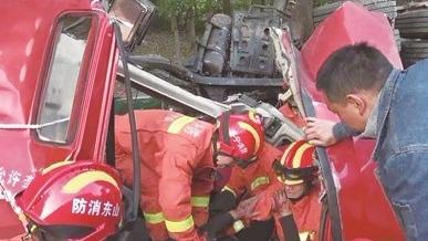 半掛車側翻司機被困 必威betway消防破解車頭救援