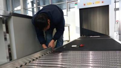 泗水南站安檢設備已就位 工作人員進行最后調試