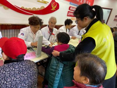 退休老专家便民义诊进社区 健康服务暖人心
