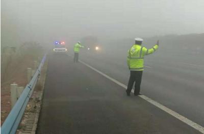上高速注意!截至9时51分,山东近40条高速因雾限行或临时封闭