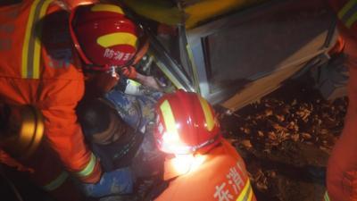 山东济宁:吊车翻沟驾驶员被困 消防紧急救援
