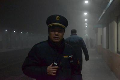 兖州站全员上岗迎战大雾天气 确保旅客安全出行列车正点开出