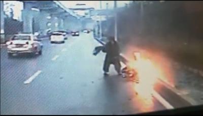 電動車意外自燃 鄒城公交司機挺身而出