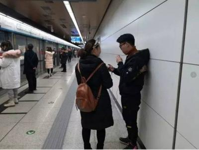 """月入上万!揭秘地铁""""扫码族""""背后隐藏的生意经"""