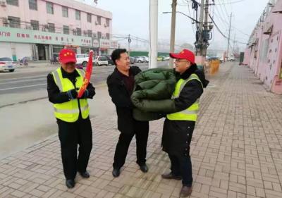 """""""三小车辆""""禁行在行动!鱼台800件棉衣送给执勤人员"""