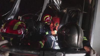 """急雨""""淋""""出事故!济宁日东高速凌晨发生追尾 消防员紧急救援被困司机"""