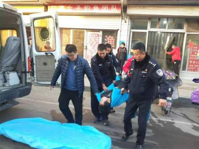 民警救助醉酒男子 热心举动暖人心