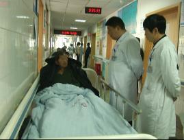 老人独自来到医院 究竟家人在何方?