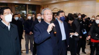 山东省首批援助武汉防控疫情医疗队出发 刘家义到机场送行