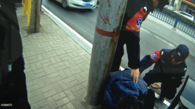 莫贪杯!济宁小伙醉卧街头不省人事  被送120急救