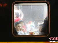 """列车上的春运:小小车窗演绎温暖""""回家情"""""""