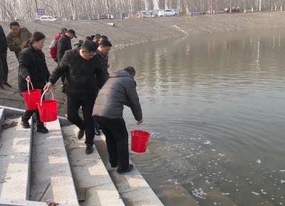 兖州区开展渔业增殖放流  32万尾鱼苗游入泗河
