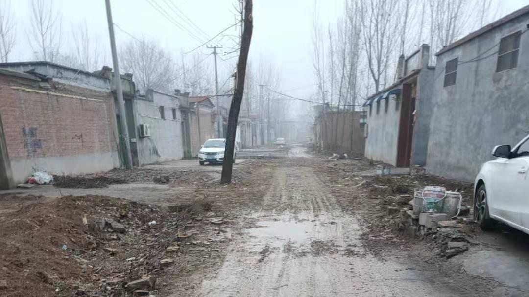 乡村道路泥泞影响通行 县政府:道路泥泞只是暂时的 春节后修复