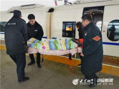 暖新闻 | 曲阜高铁值班员为男孩手抬单架 温暖了乘客一家