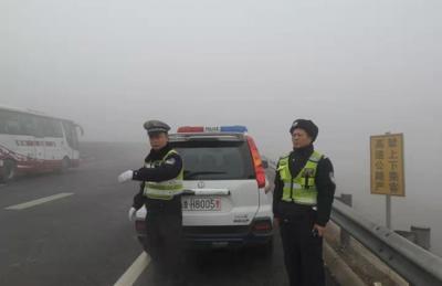 棋牌现金游戏娱乐境内高速因大雾全线封闭 注意行车安全