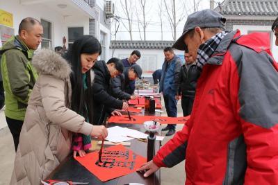 """【新春走基层】曲阜市美术家协会为村民送""""福"""""""