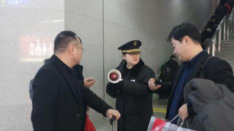 新春走基层丨曲阜高铁站引导员:原地一站就是一小时