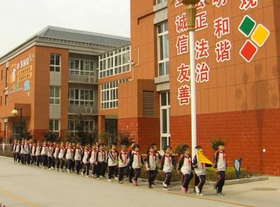 金乡县妥善解决1.2万名进城务工子女入学问题