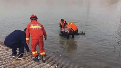 女子寒冬跳河轻生 消防员零下河中紧急救援
