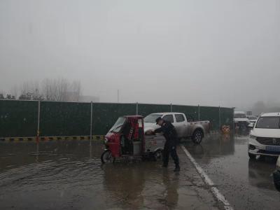 暖心!老太雨雪中迷失方向被困水中央 特警队员出手相助