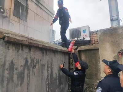 点赞!居民院中突发火灾  出警民警果断处置