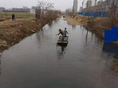 微山县夏镇街道对河道垃圾进行清理清运