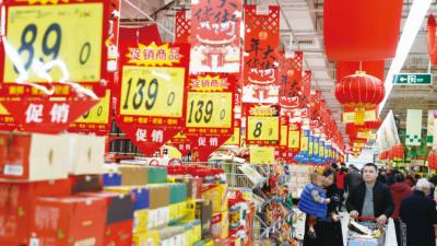 """春节临近,商超酒水销售旺 济宁中低端品牌白酒卖得最""""火"""""""