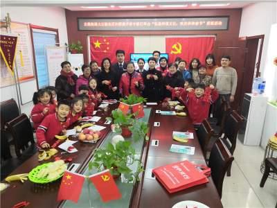 弘扬传统文化  社区居民巧手剪纸贺新春