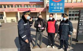 """戰疫 濟寧在行動丨疫情無情人有情 外國小伙""""點贊""""兗州火車站"""