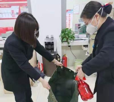 """泗水农商银行让老百姓用上""""干净钱"""""""