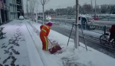 视频 | 以雪为令 济宁城市管理部门雪夜清扫道路积雪