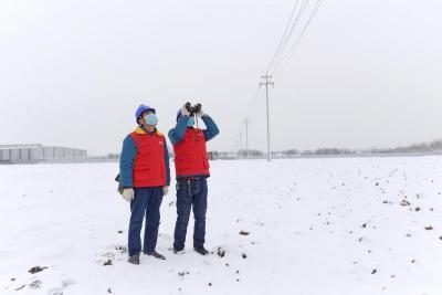 電力人冒雪而上疫情期用電不停