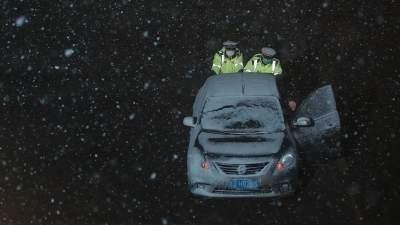 暖新闻 | 风雪夜轿车高速路抛锚 嘉祥辅警寒冬中帮司机推车