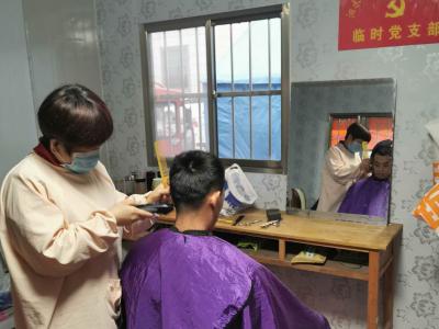 """暖心!泗水理发师夫妇为战""""疫""""一线人员免费理发"""