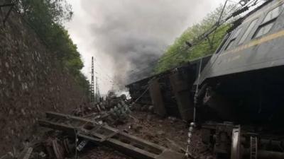 突發!濟南始發T179次列車在湖南境內側翻,現場起火