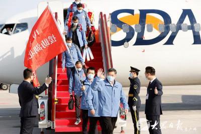 山東省援助湖北第三批返魯人員凱旋 劉家義到機場迎接