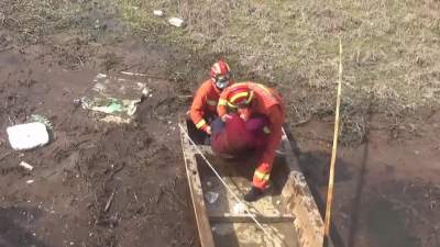 微山一老人落入河渠 消防5分钟快速救援