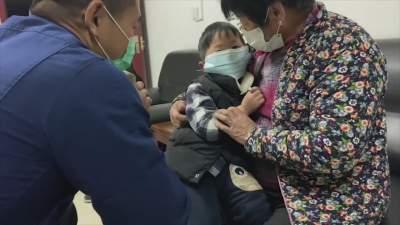"""泗水男孩鐵環當""""戒指""""不料""""咬手"""" 消防10分鐘取下"""