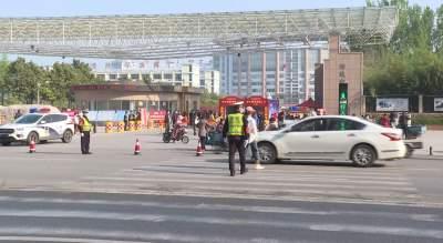 今日高三學子正式復學 鄒城交警助力安全返校