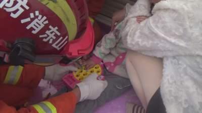 """都是玩具""""惹的祸""""!梁山一萌娃手指被卡 消防20分钟紧急救援"""