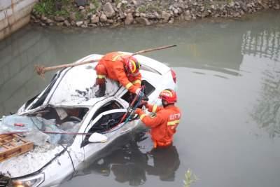 轿车撞上桥堤被困河中 济宁消防紧急救援