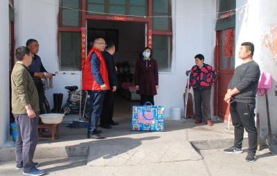鄒城捐贈200余件愛心衣物 助力精準扶貧