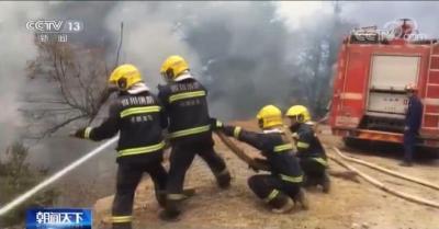 四川凉山木里森林火灾北线火势加剧 4架直升机增援