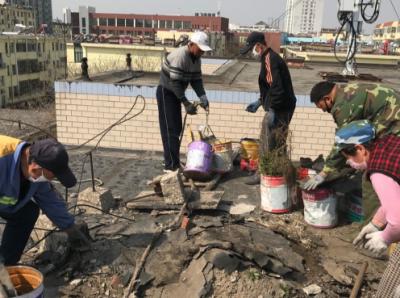 解放路社區清理樓頂堆積雜物 營造整潔社區環境