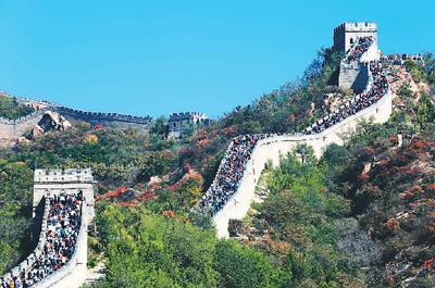 """刻划长城墙砖被拘留!一游客被八达岭长城景区""""拉黑"""""""