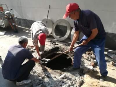 社区更换破损井盖,保障居民出行安全