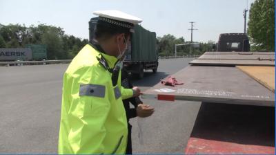 """超宽钢板似""""刀片""""  大货车未设警示太危险"""