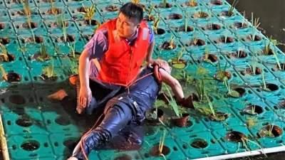 醉酒老人坠入深河命悬一线 济宁90后辅警下水救人